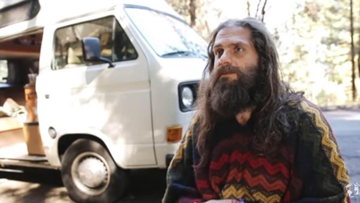 0081 milionario doou fortuna viaja mundo - Milionário brasileiro doa fortuna, viaja o mundo e vive feliz em uma van