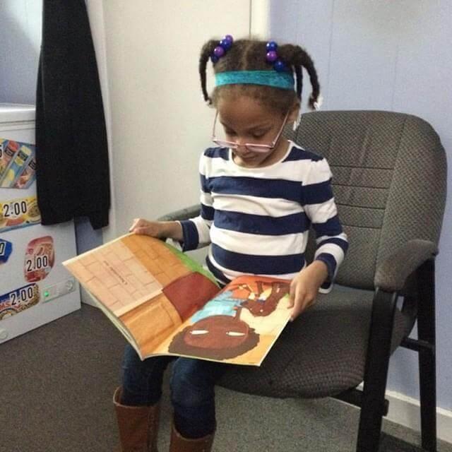 4 - Barbearia oferece desconto às crianças que leem livro em voz alta durante o corte de cabelo