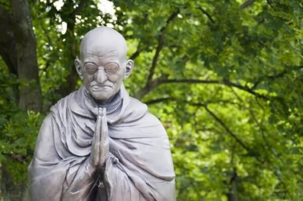 Gandhi estátua - Que tal seguir o conselho de Gandhi para triunfar em uma discussão?