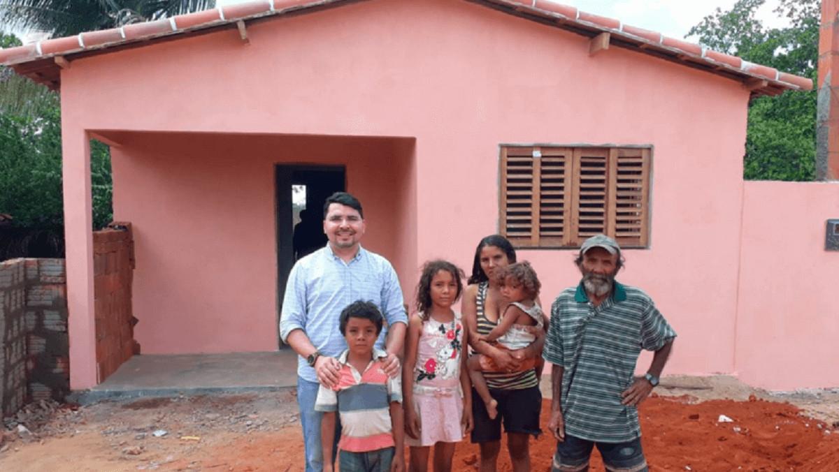 Padre controi casa 1 - Padre doa casa construída com dinheiro do dízimo para família carente do interior.