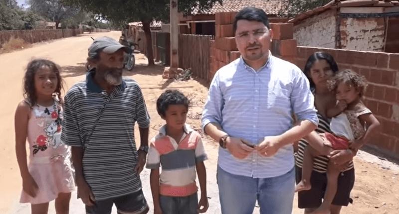 Padre e a familia beneficiária - Padre doa casa construída com dinheiro do dízimo para família carente do interior.
