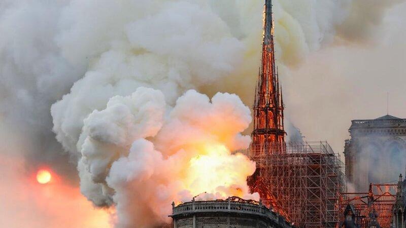 Imagens do incendio - O mundo chora hoje - Incêndio de grandes proporções destrói a Catedral de Notre Dame - París, França.