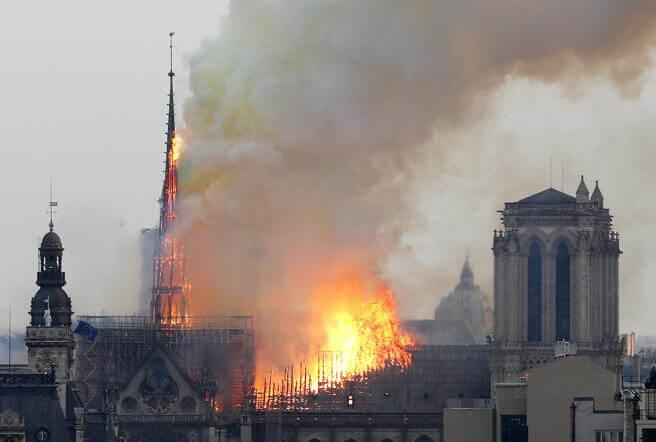 Imagens incendio 2 - O mundo chora hoje - Incêndio de grandes proporções destrói a Catedral de Notre Dame - París, França.