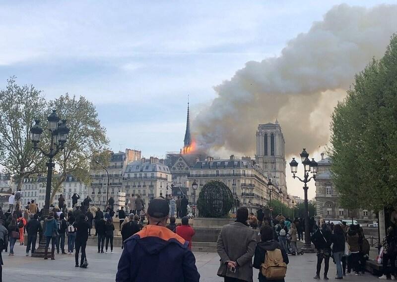 População assiste ao incêndio - O mundo chora hoje - Incêndio de grandes proporções destrói a Catedral de Notre Dame - París, França.