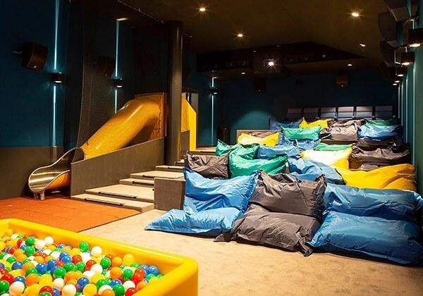 cinema3 - Cinema substitui assentos por cama de casal na Suíça