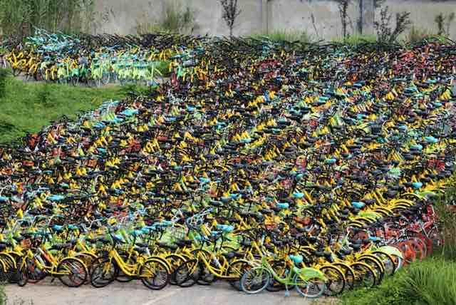 bikes paradas - Empresário compra 10 mil bikes que iam pro lixo e doa a alunos pobres