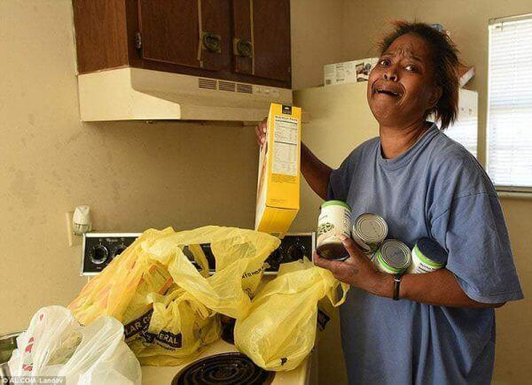 mulher furta ovo comida e1559923204732 - Policiais doam 2 caminhões de comida a avó que furtou 5 ovos para netos
