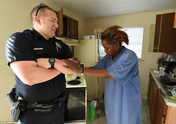 mulher furta ovo policial e1559923241568 - Policiais doam 2 caminhões de comida a avó que furtou 5 ovos para netos