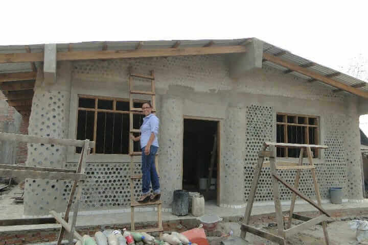 2 - Mulher constrói casas com garrafas PET para famílias necessitadas