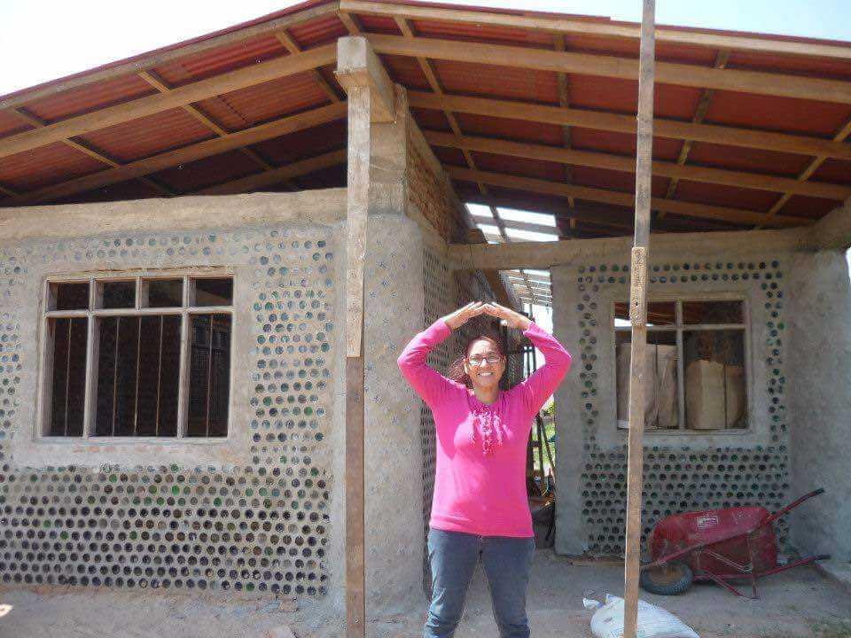 3 - Mulher constrói casas com garrafas PET para famílias necessitadas