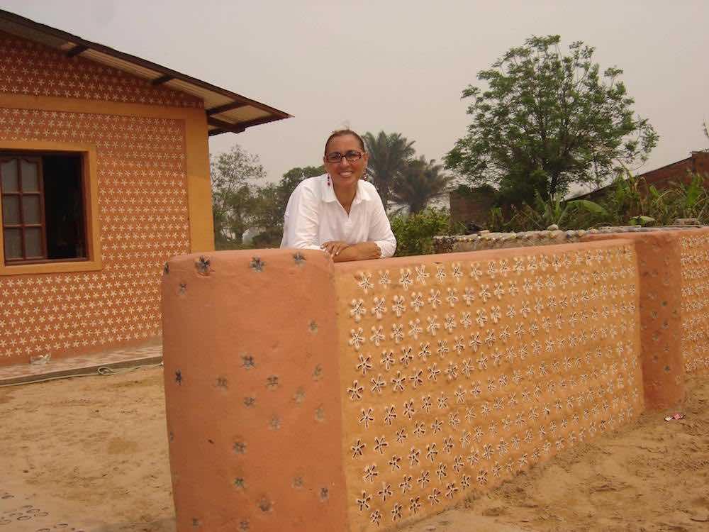 4 - Mulher constrói casas com garrafas PET para famílias necessitadas