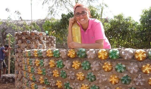 5 - Mulher constrói casas com garrafas PET para famílias necessitadas