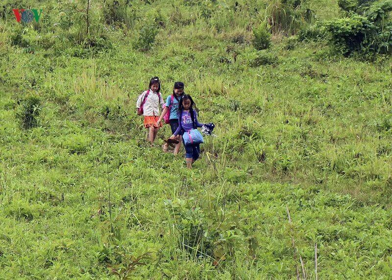 vov chui tui nilon vuot suoi di khai giang 19 vcno ba8w - Para levar os filhos à escola, pais fazem a travessia do rio com as crianças dentro de sacos plásticos