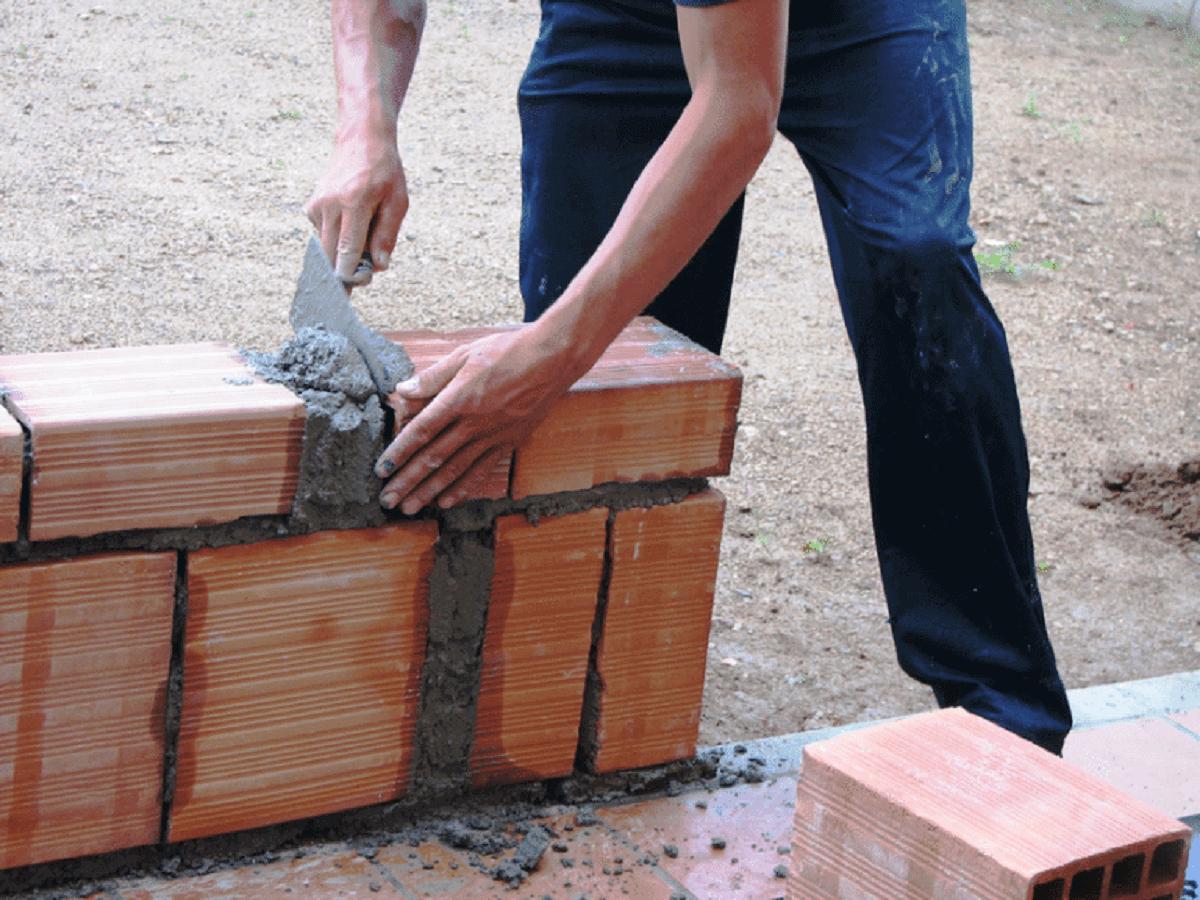 Const 2 - Pastor usa dízimo para construir casas para quem não tem onde morar