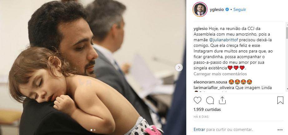 Instagram Deputado - Deputado do Maranhão é clicado com filha bebê no colo em reunião e imagem viraliza
