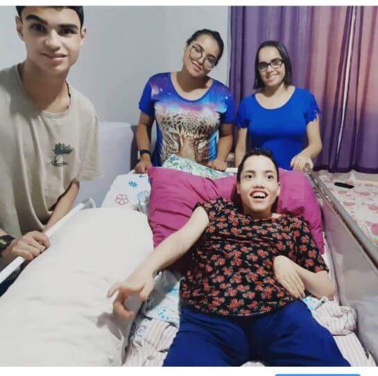 7 - Mãe de quadrigêmeos com deficiência cuida deles sozinha e passa por muitas dificuldades