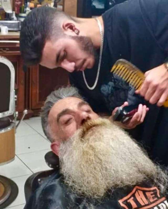 Jailton 3 - Barbearia faz transformação em pedreiro e ele se emociona!