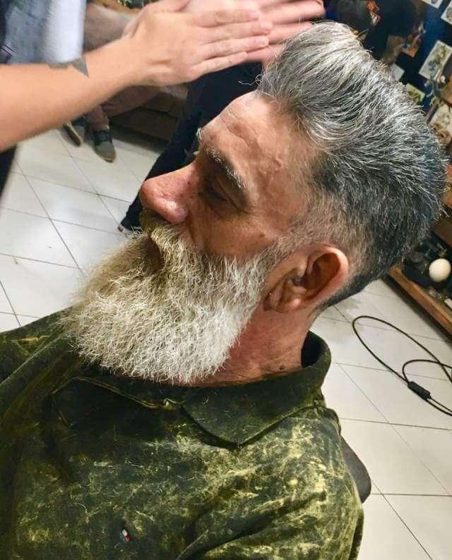 Jailton 4 - Barbearia faz transformação em pedreiro e ele se emociona!