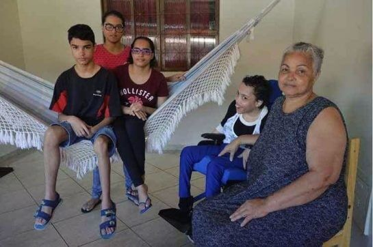 Quadrigêmeos 2 - Mãe de quadrigêmeos com deficiência cuida deles sozinha e passa por muitas dificuldades