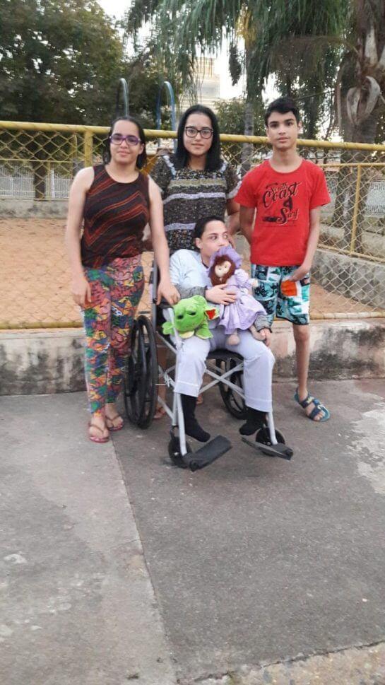 Quadrigêmeos 5 - Mãe de quadrigêmeos com deficiência cuida deles sozinha e passa por muitas dificuldades