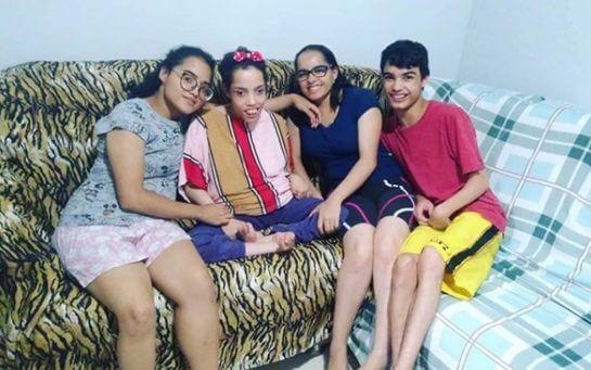 Quadrigêmeos 8 - Mãe de quadrigêmeos com deficiência cuida deles sozinha e passa por muitas dificuldades