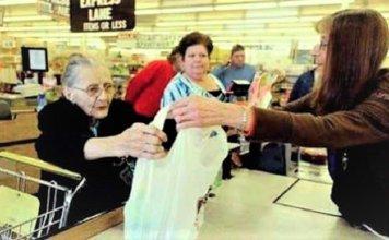 Senhora no caixa do Supermercado 356x220 - Início