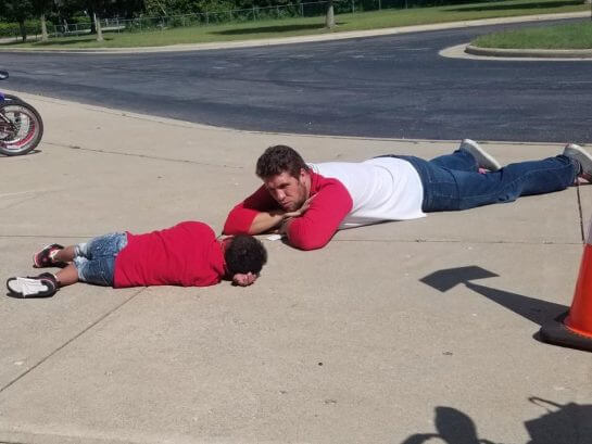 garotinho 3 - Para consolar seu aluno com Down professor deita-se no chão ao lado dele