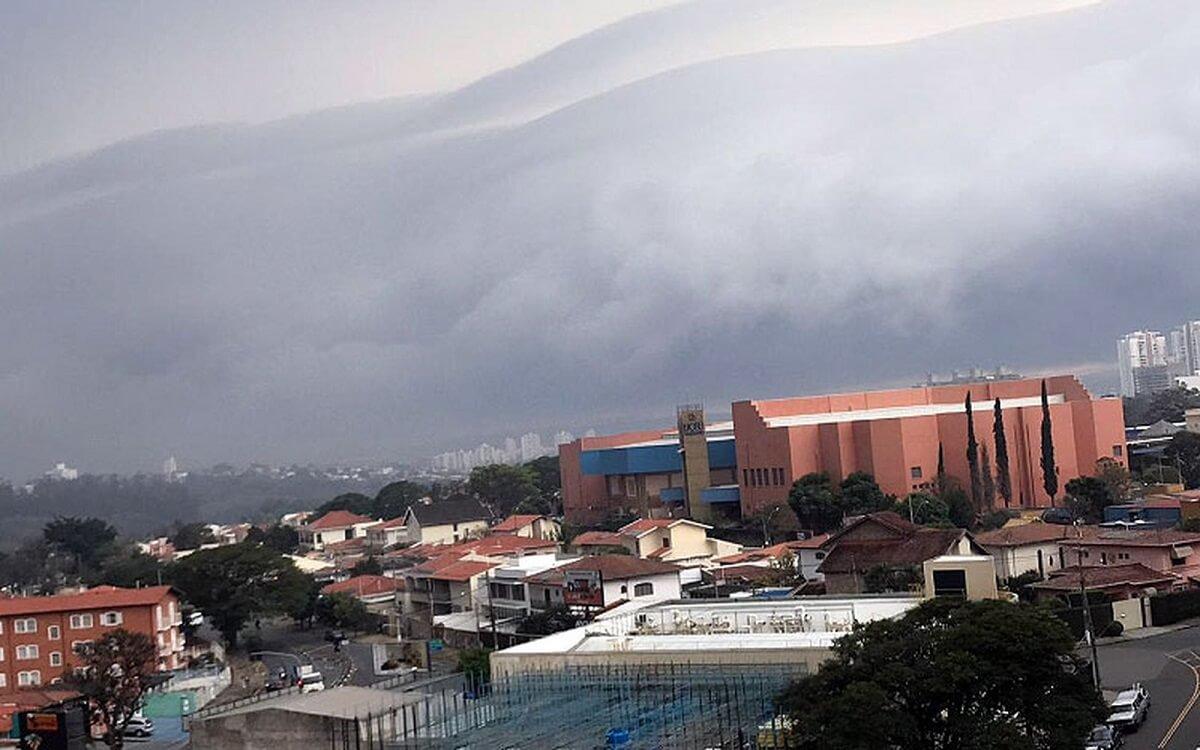 nuvem rolo 2 - Nuvem em forma de rolo assusta moradores de Campinas – Veja as fotos e vídeo