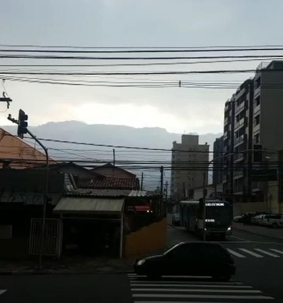 nuvem rolo 3 - Nuvem em forma de rolo assusta moradores de Campinas – Veja as fotos e vídeo