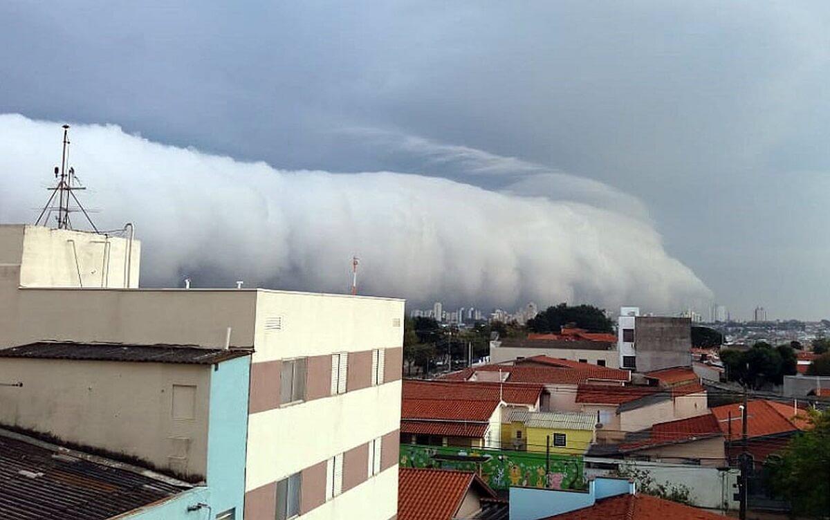 nuvem rolo 4 - Nuvem em forma de rolo assusta moradores de Campinas – Veja as fotos e vídeo