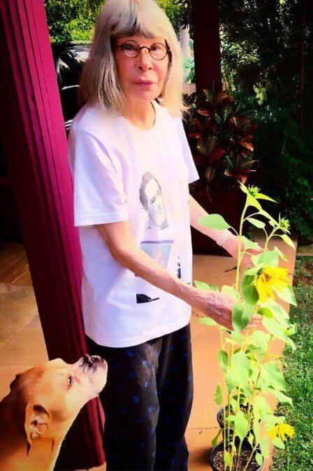 xrita lee.jpg.pagespeed.ic .5i0XxC2kYT - Rita Lee a rainha do rock aparece no quintal de sua casa cuidando do jardim.