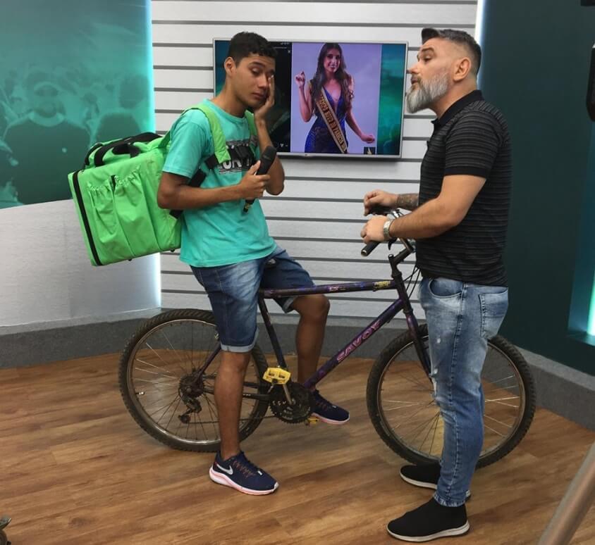 Andre Luiz entregador - Entregador que foi humilhado por Miss ao fazer entrega em bicicleta ganha moto zero da TV Cidade Verde