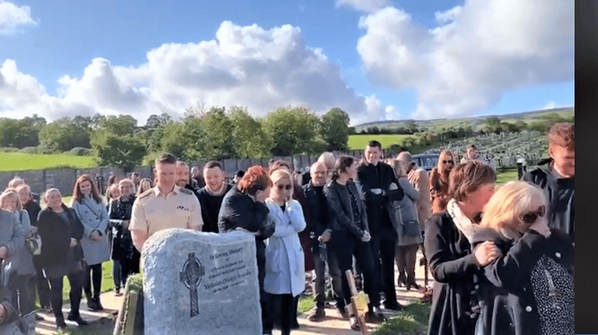 Funeral - Um irlandês brincalhão grava uma mensagem para tocar em seu funeral, ao ouvi-la os enlutados choram de rir