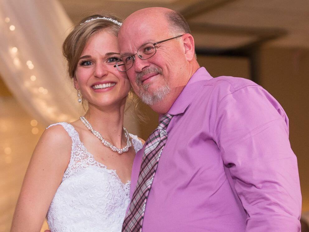 Valsa 2 - Noiva sobrevive à leucemia graças a um doador e dança valsa de casamento com ele