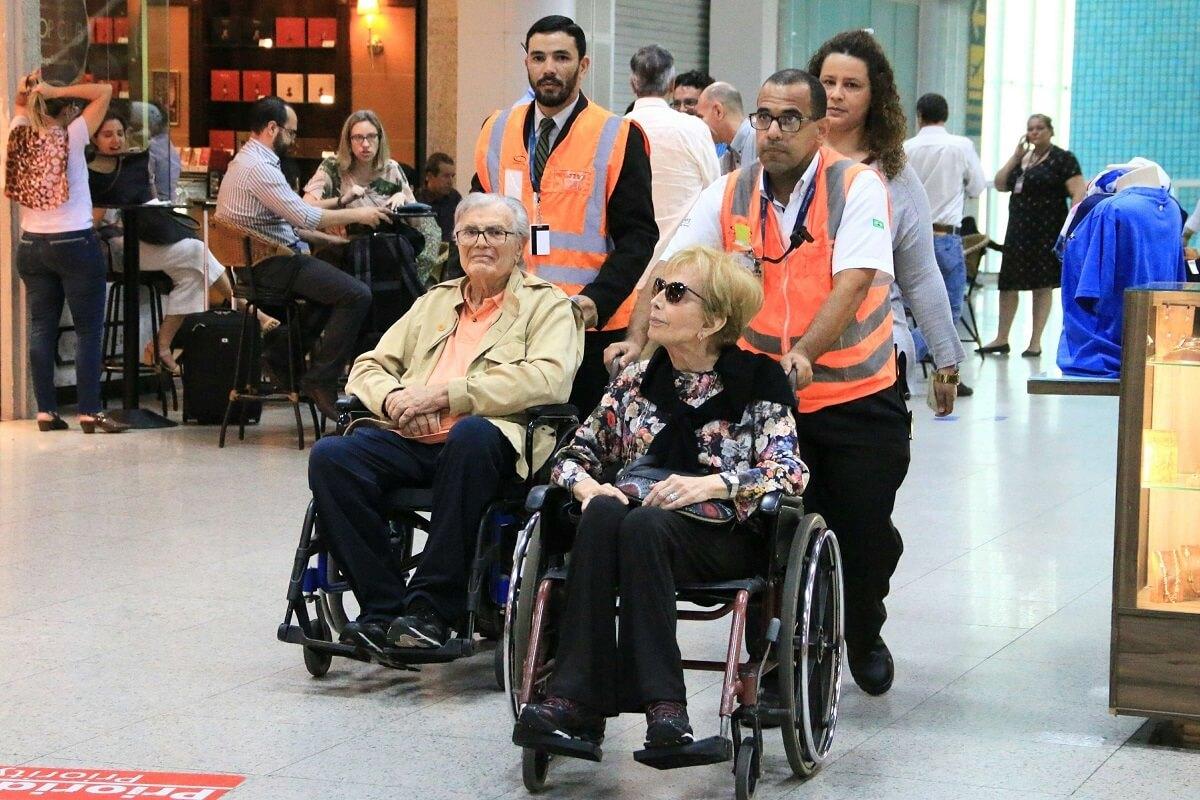 meira - Tarcísio e Gloria aparecem usando cadeira de rodas em aeroporto e fãs ficam comovidos.