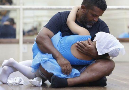 pedreiro bale2 545x382 - Pedreiro quebra tabu ao aprender balé para ajudar filhas autistas