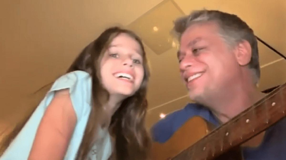 Fabio Assunção e sua filha Ella. - Fábio Assunção em cena fofa canta Janis Joplin com sua filha de 8 anos