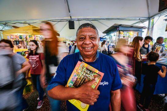 """Sr. João 1 - Aposentado ficou feliz da vida por aprender a ler e comprou seu primeiro livro: """"Adoro a Turma da Mônica"""""""