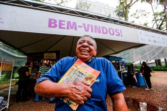 """Sr. João 5 - Aposentado ficou feliz da vida por aprender a ler e comprou seu primeiro livro: """"Adoro a Turma da Mônica"""""""