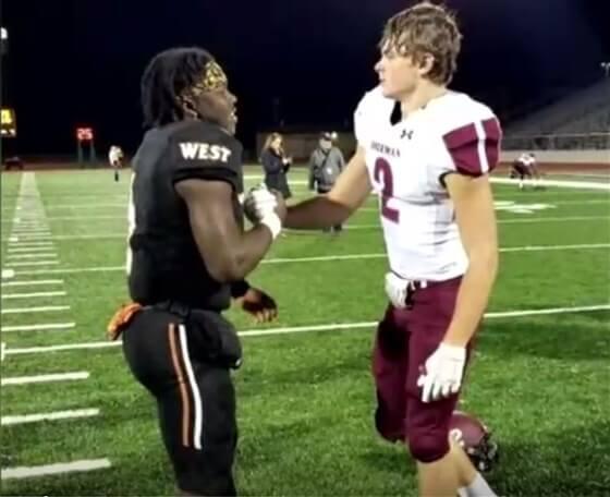 football opponent prayertoday inline  - Jogador americano ora em campo pela mãe de rival que tem câncer terminal