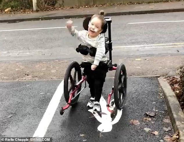 menino andou primeira vez2 - Garotinho que viveria para sempre na cadeira de rodas consegue andar pela 1ª vez! Veja.