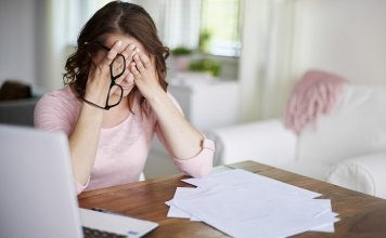 mulher trabalhando estressada 356x220 - Início