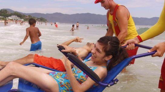 porta a porta 1 - Projeto leva cadeirantes para divertirem-se no mar em praias de Florianópolis