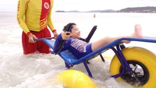 porta a porta 2 - Projeto leva cadeirantes para divertirem-se no mar em praias de Florianópolis