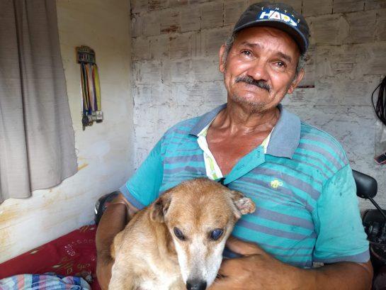 1 - Pedreiro perde sua casa em incêndio, e chora ao reencontrar seu cachorrinho
