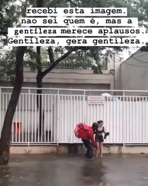 1 - Motoboy que levou no colo mulher desconhecida na chuva ganha moto nova de presente
