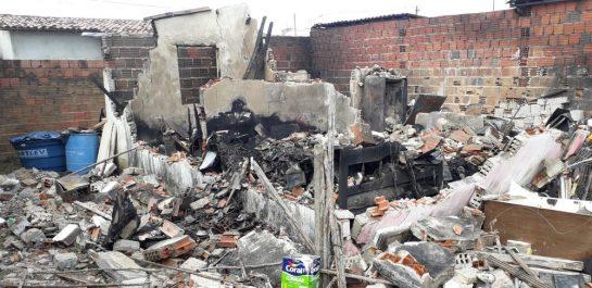 2 - Pedreiro perde sua casa em incêndio, e chora ao reencontrar seu cachorrinho