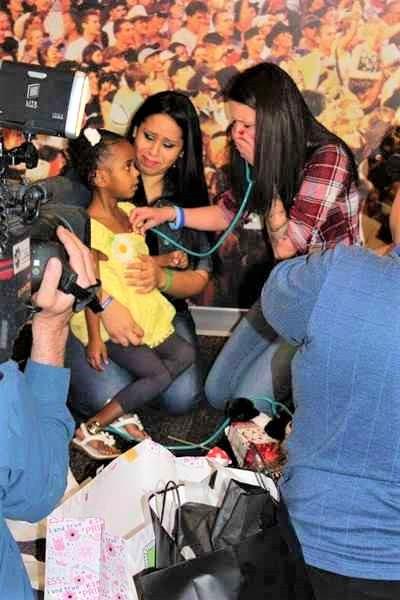 20160202112407186896e - Mamãe que doou o coração de seu filho emociona-se muito ao conhecer a menina que recebeu o coração dele.