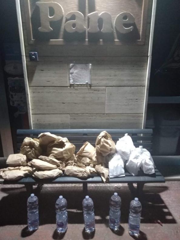 O banco da Solidariedade - Padeiro deixa à noite vários saquinhos de pães que não vendeu de dia em um banco para alimentar pessoas carentes.