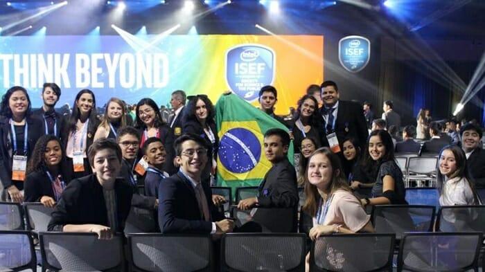 Pesquisadores do Br - Brasileira de 18 anos venceu concurso mundial de jovens cientistas. E seu nome vai virar nome de asteroide